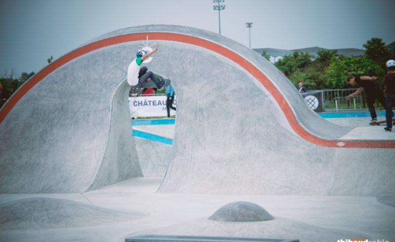 Skateur qui fait des figures dans le skatepark en béton de Châteauroux