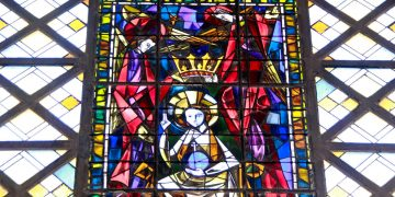 Jeux de verre et de béton à l'église Sainte-Thérèse de l'Enfant Jésus