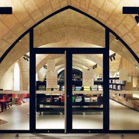 Médiathèque à La Réole (33) dans un ancien prieuré du XVIIIe siècle ©Nadau-Lavergne associés