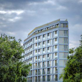 Dans le XIVe arrondissement de Paris, le Trait d'Union, un nouvel immeuble en béton bleu ©Gilles Bretin