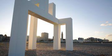 Une sculpture de béton blanc ancrée sur la plage havraise