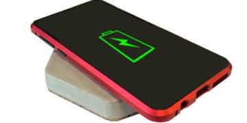 Un chargeur de smartphones en béton design